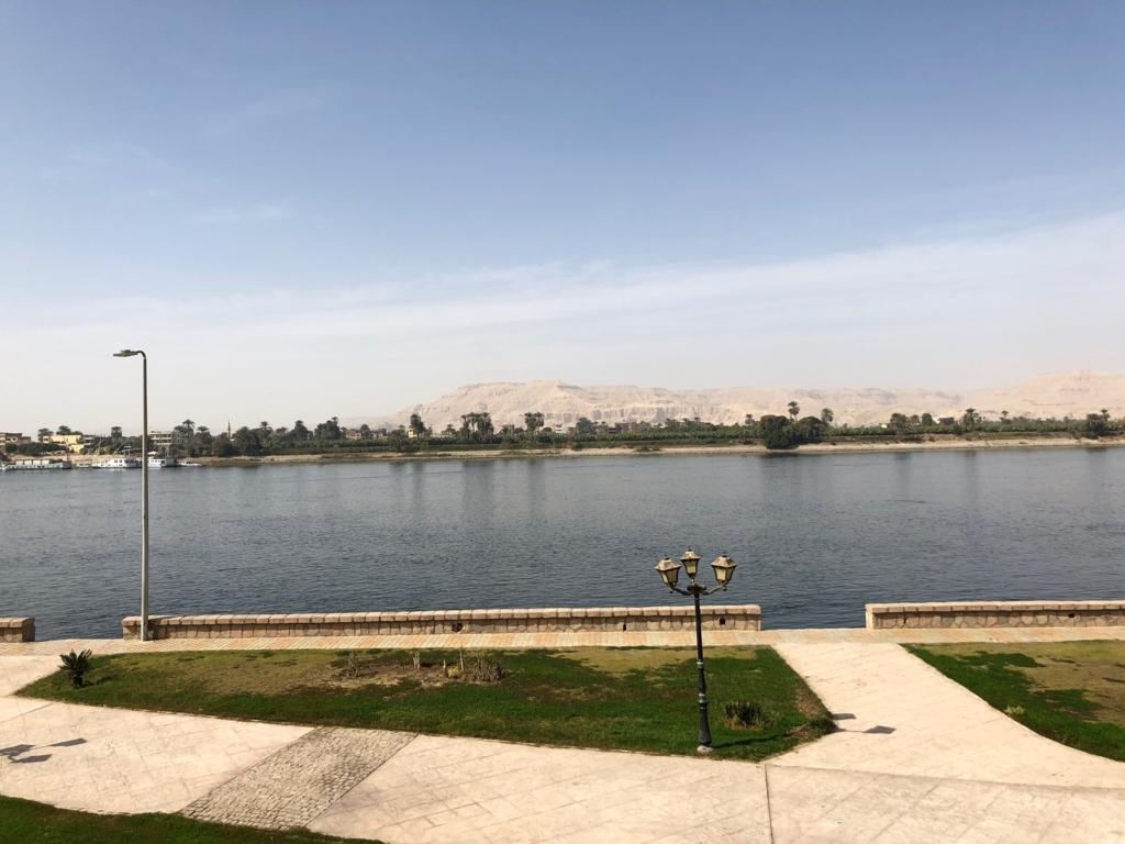 エジプト ルクソール ナイル川沿い 遊歩道 たくさんの広場
