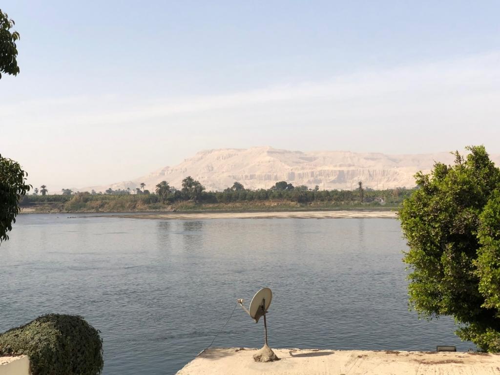 エジプト ルクソール ナイル川沿い 幹線道路 ウオーキング中 横にナイル川