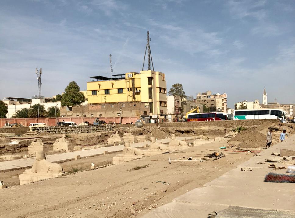 エジプト ルクソール ルクソール神殿近く 幹線道路とスフィンクスの参道