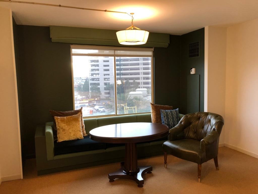 2018年2月 ラスベガス モンテカルロホテル 客室 ソファとテーブル