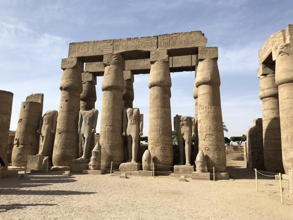 エジプト ルクソール東岸 ルクソール神殿 第一中庭 頭が落ちた像