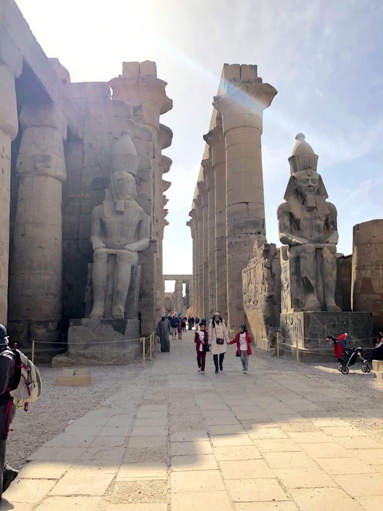 エジプト ルクソール東岸 ルクソール神殿 第2塔門前 ラムセス坐像