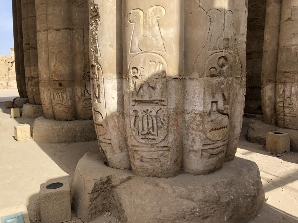 エジプト ルクソール東岸 ルクソール神殿 太陽の中庭 柱のレリーフ