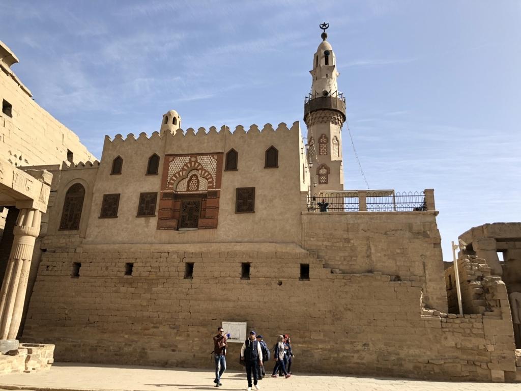 エジプト ルクソール東岸 ルクソール神殿 今も使われているモスク