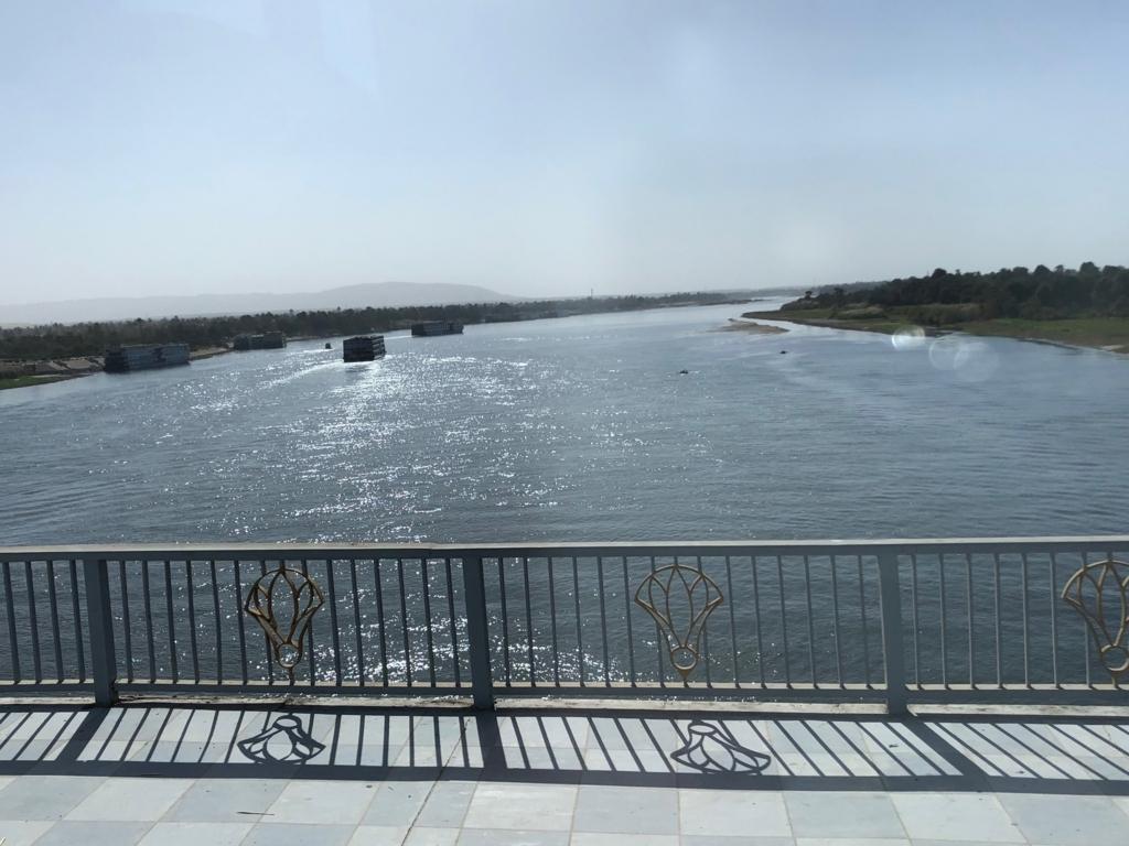 エジプト ルクソール ナイル川 にかかる橋より