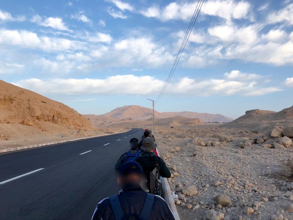 エジプト ルクソール 西岸 王家の谷へ ウォーキング中