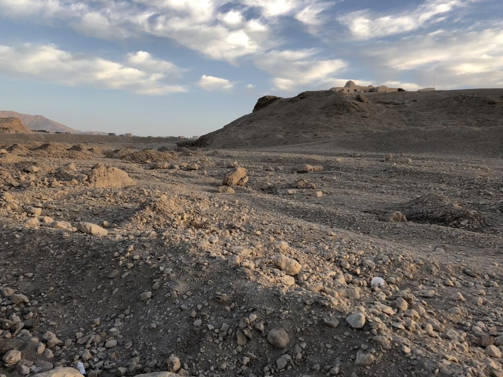 エジプト ルクソール 西岸 向こうにワセダハウス