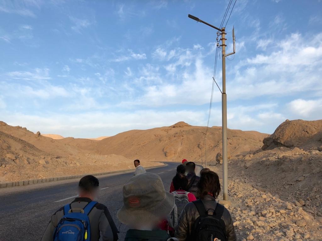 エジプト ルクソール 西岸 王家の谷へ ポリスに守られて ウォーキング中
