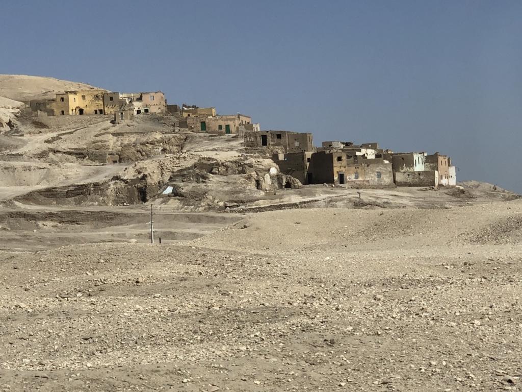 エジプト ルクソール 西岸 クルナ村 敷地には遺跡