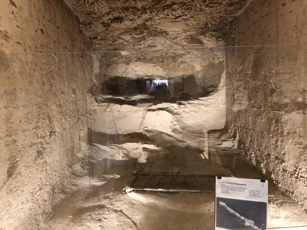 エジプト ルクソール 「王家の谷」ラムセス3世 王墓 崩れた壁の穴から隣の隣の王墓