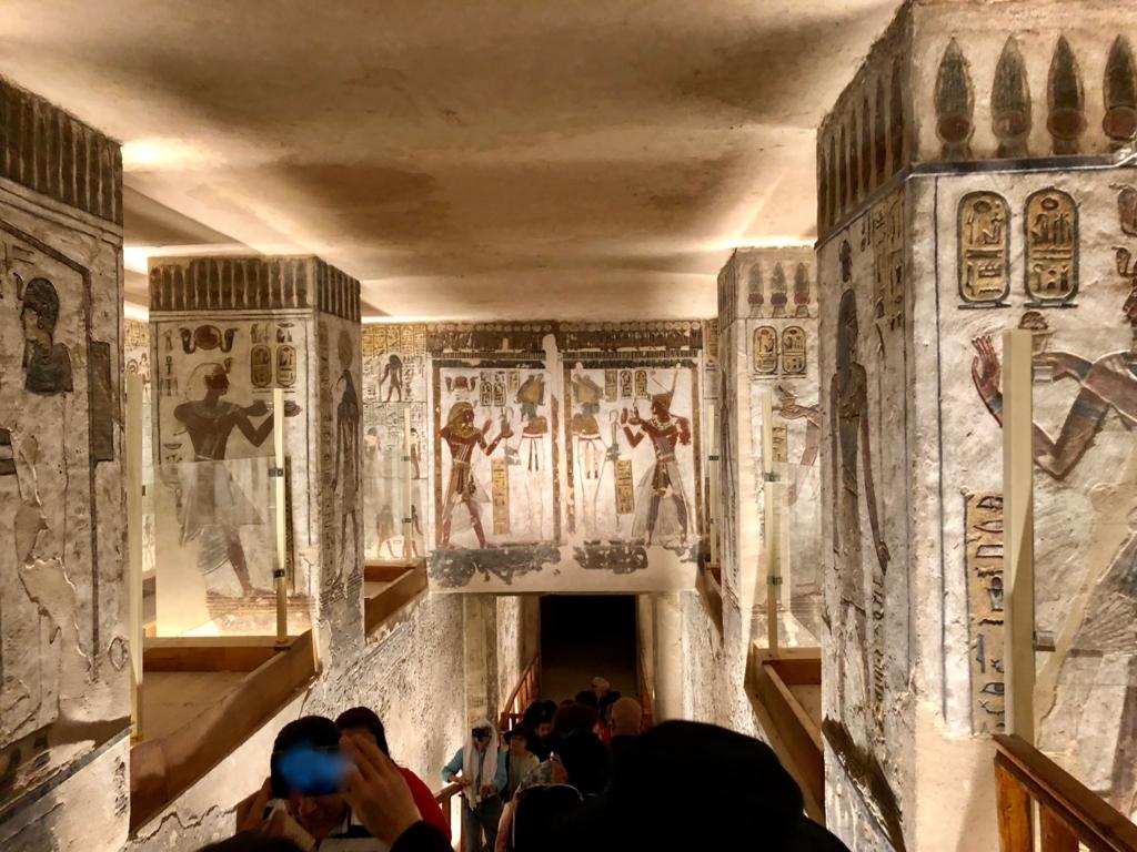 エジプト ルクソール 「王家の谷」ラムセス3世 王墓 通路の奥へ 等身大の壁画