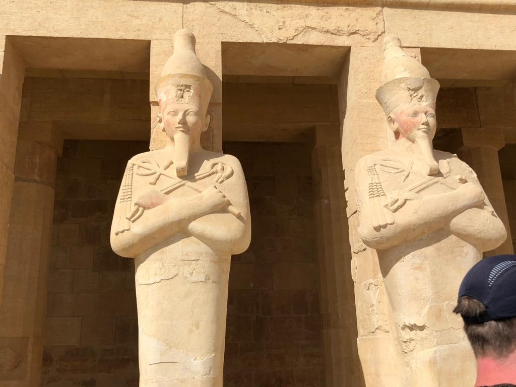 エジプト ルクソール ハトシェプスト女王葬祭殿 オシリス神のポーズのハトシェプスト女王 巨像