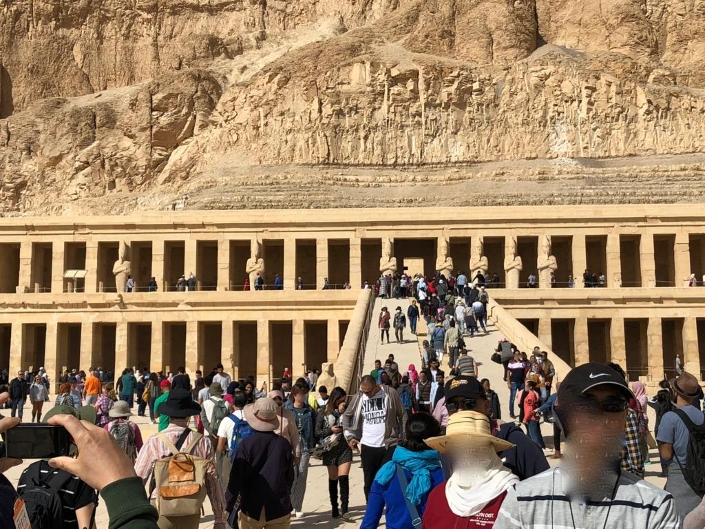 エジプト ルクソール ハトシェプスト女王葬祭殿 たくさんの観光客