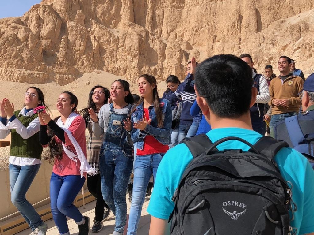 エジプト ルクソール ハトシェプスト女王葬祭殿 2階への階段 合唱する観光客