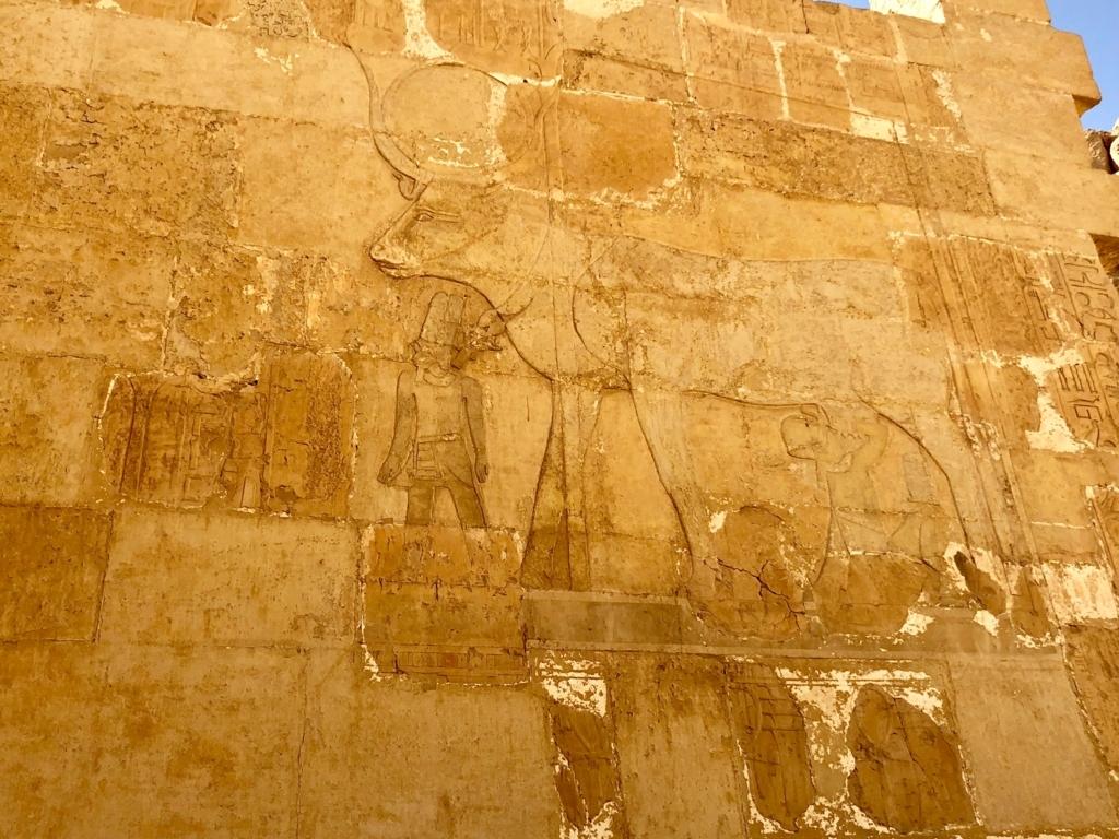 エジプト ルクソール ハトシェプスト女王葬祭殿 2階 ハトホル女神礼拝所 乳を飲む女王