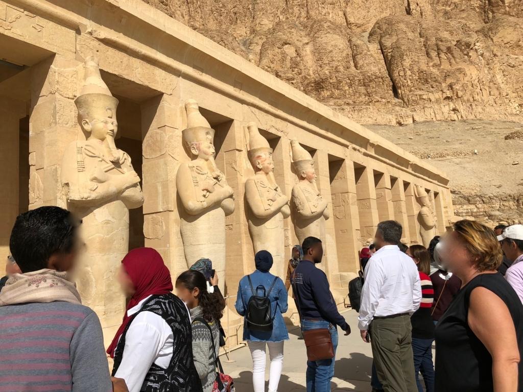 エジプト ルクソール ハトシェプスト女王葬祭殿 3階テラス オシリス神のポーズのハトシェプスト女王の巨像