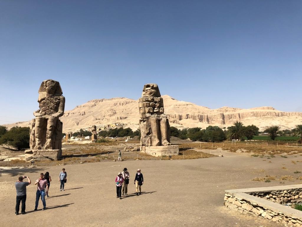 エジプト ルクソール西岸 「メムノンの巨像」背後にアメンホテプ3世葬祭殿跡地