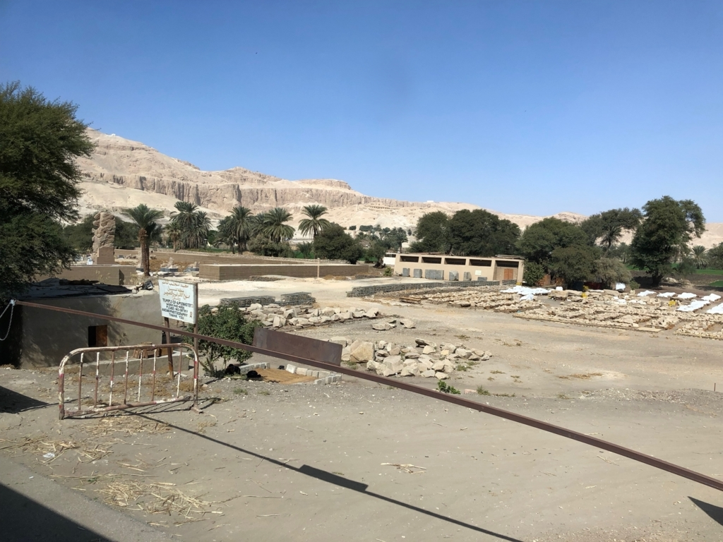 エジプト ルクソール西岸 「メムノンの巨像」背後 アメンホテプ3世葬祭殿跡地 作業員は?