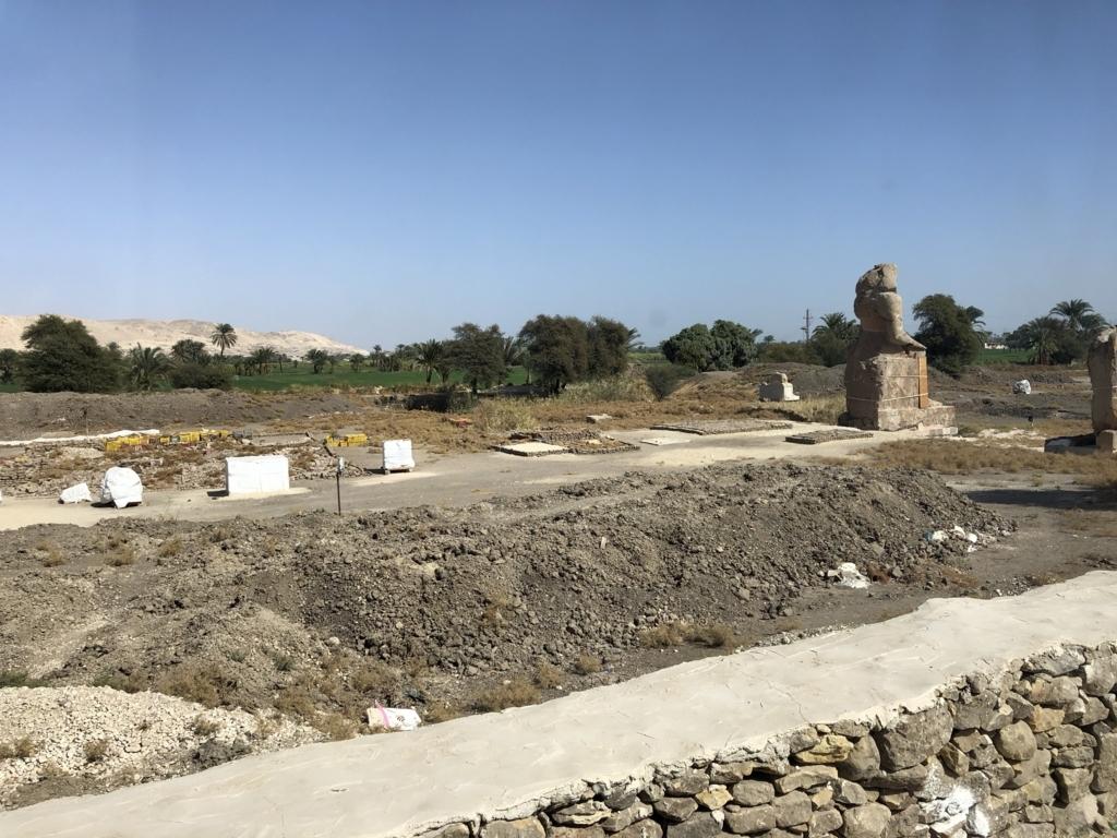 エジプト ルクソール西岸 「メムノンの巨像」背後 アメンホテプ3世葬祭殿跡地 発掘中 広大な跡地