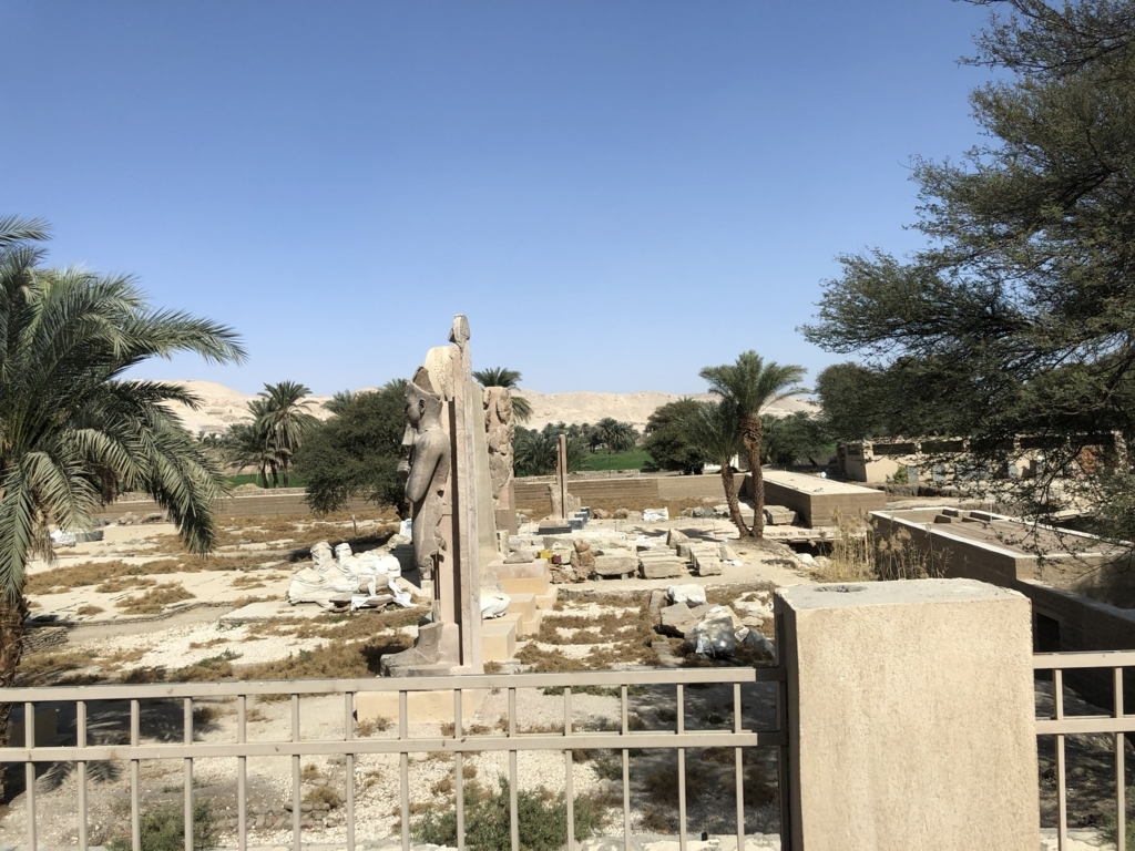エジプト ルクソール西岸 「メムノンの巨像」背後 アメンホテプ3世葬祭殿跡地 発掘中の像