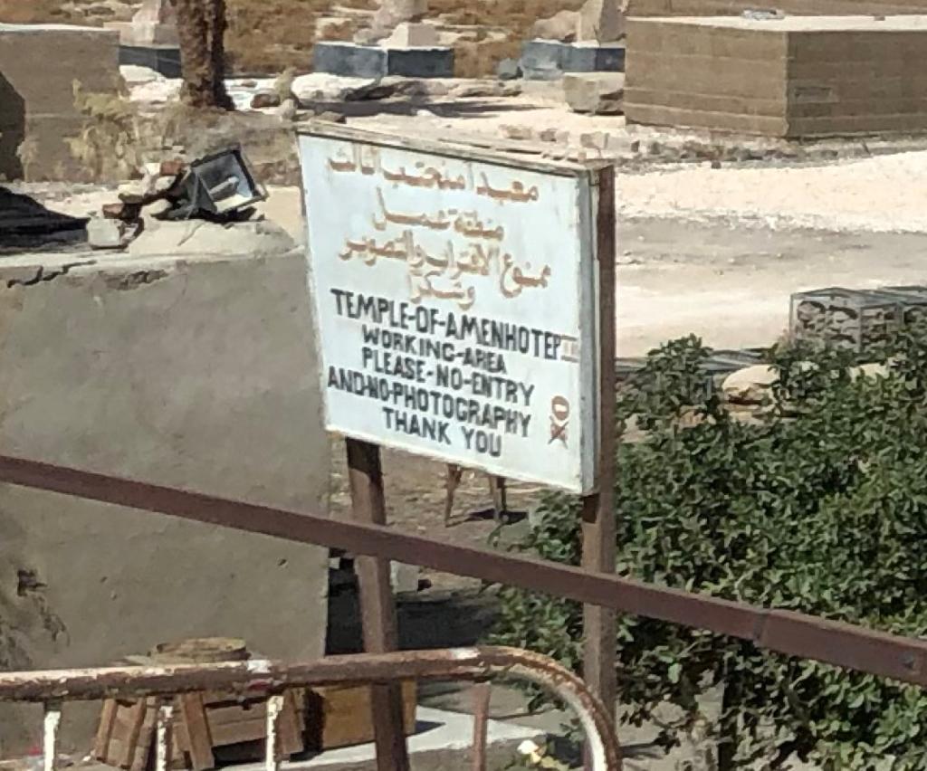 エジプト ルクソール西岸 「メムノンの巨像」背後 アメンホテプ3世葬祭殿跡地 発掘中