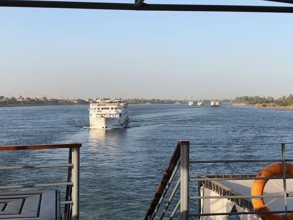エジプト ナイル川 クルーズ中 後ろからは、たくさんのクルーズ船