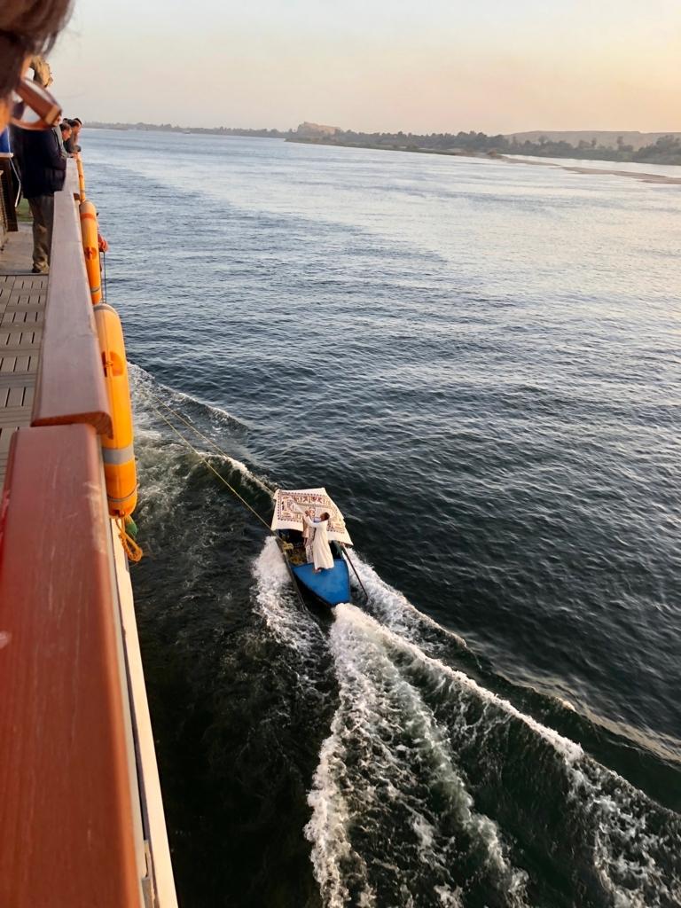 エジプト ナイル川 クルーズ 横付けする物売りボート