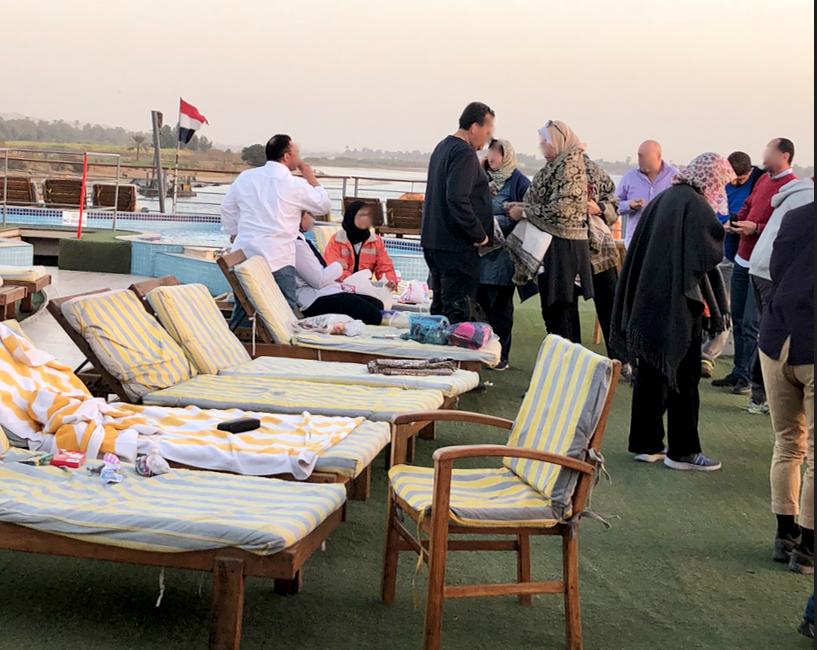 エジプト ナイル川 クルーズ 横付けする物売りボート 船上では試着中