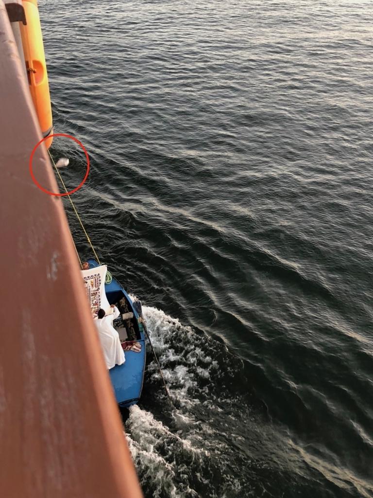 エジプト ナイル川 クルーズ 横付けする物売りボート 船上から料金投下?