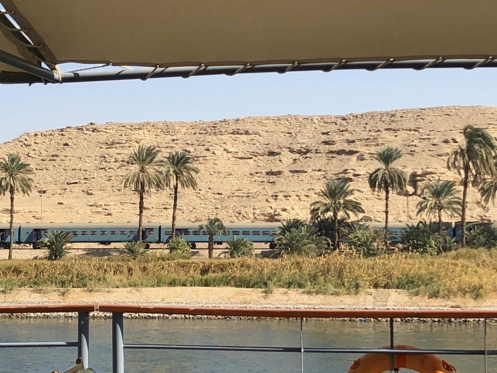エジプト ナイル川 クルーズ中 陸に列車