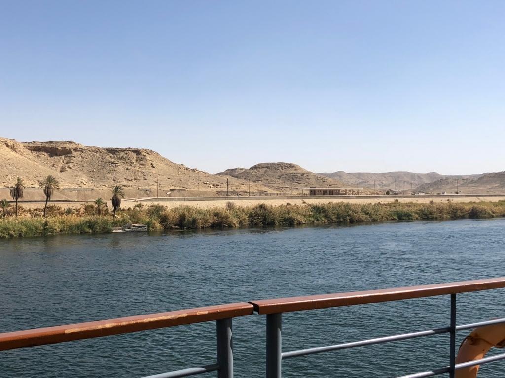 エジプト ナイル川 クルーズ中 陸に列車駅