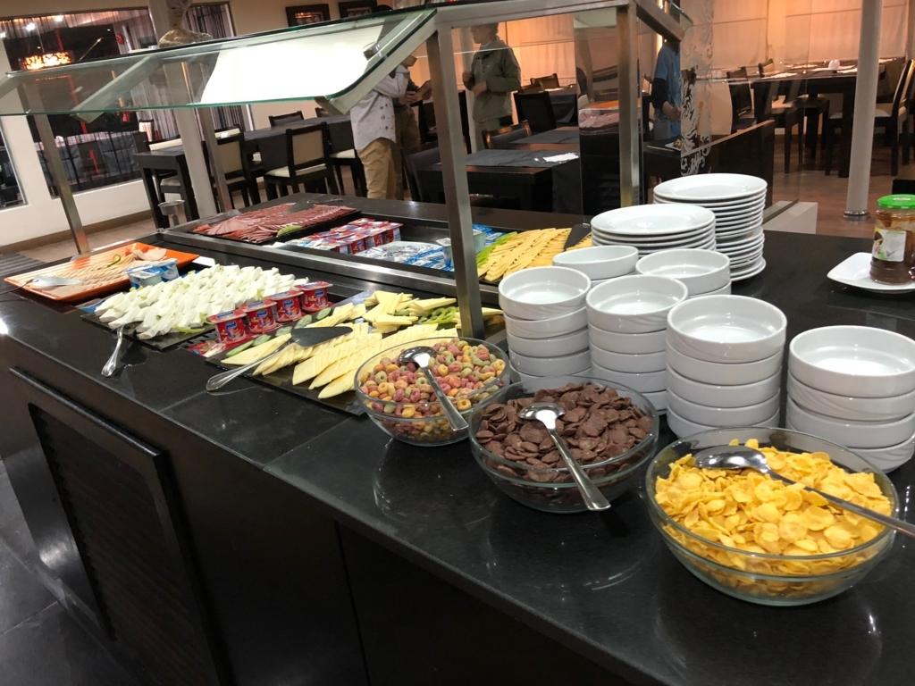 エジプト ナイル川クルーズ船 MS/PREMIUM 朝食バイキング チーズ、ハム、ヨーグルト、シリアル