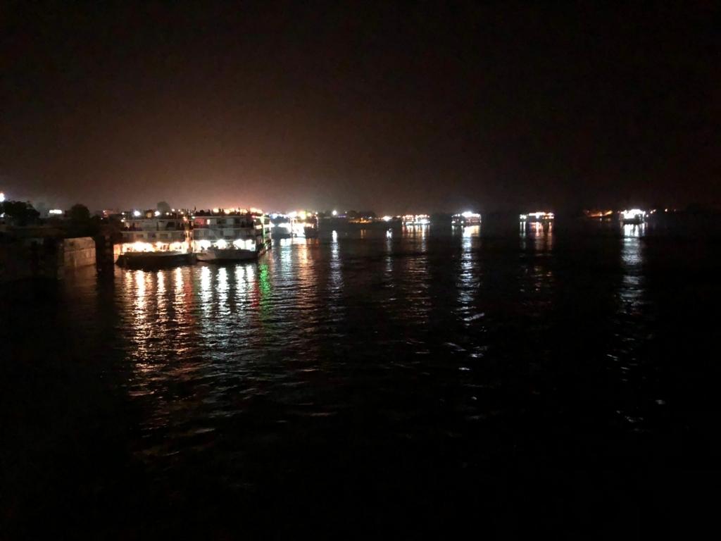 エジプト ナイル川 クルーズ エドフの水門 通過のための待機中