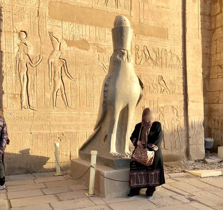 エジプト エドフ ホルス神殿(エドフ神殿) 塔門前 ハヤブサ像