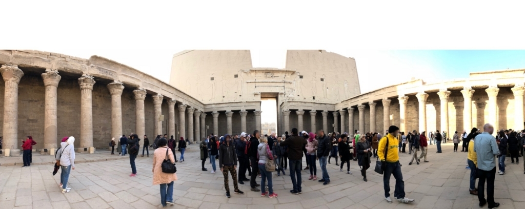 エジプト エドフ ホルス神殿(エドフ神殿) 中庭 第一列柱室を背にパノラマ写真