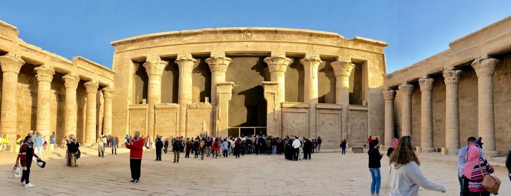 エジプト エドフ ホルス神殿(エドフ神殿) 中庭 塔門を背に、第一列柱室を中心にパノラマ写真