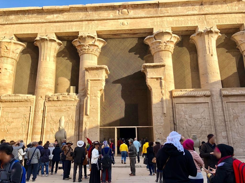 エジプト エドフ ホルス神殿(エドフ神殿) 中庭 第一列柱室前