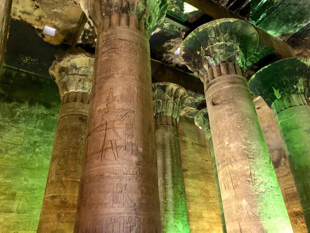 エジプト エドフ ホルス神殿(エドフ神殿)列柱室 天井にはスス