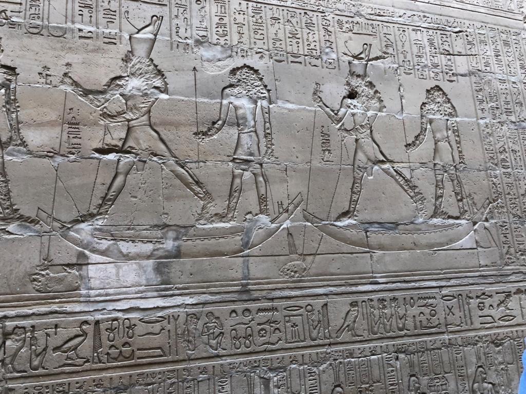 エジプト エドフ ホルス神殿(エドフ神殿)回廊 ホルスとセト(カバ)の戦い