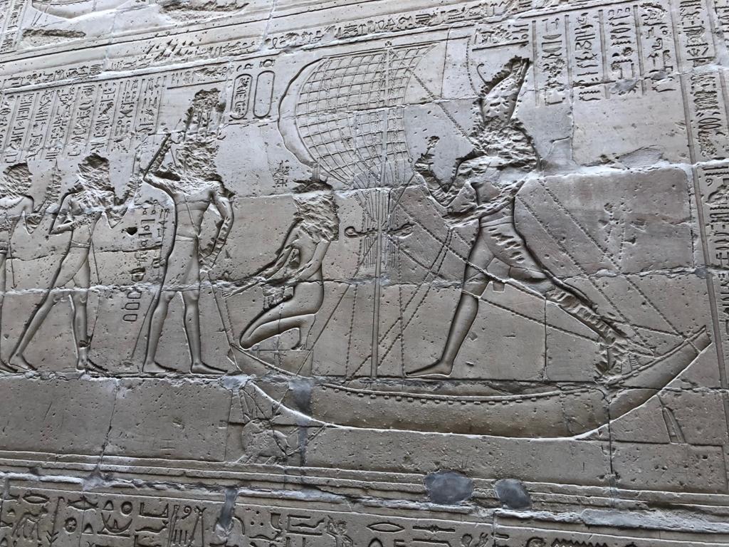 エジプト エドフ ホルス神殿(エドフ神殿)回廊 ホルスとイシスはきょうりょく協力して セトと戦う