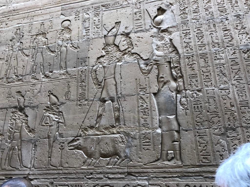 エジプト エドフ ホルス神殿(エドフ神殿)回廊 ホルスとイシスはきょうりょく協力して セトに勝利