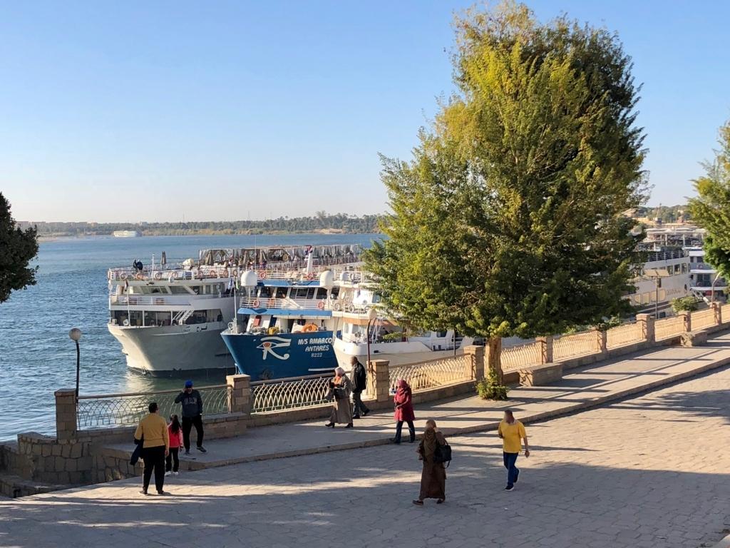 エジプト コムオンボ 「コムオンボ神殿」よりナイル川に接岸するクルーズ船を撮影