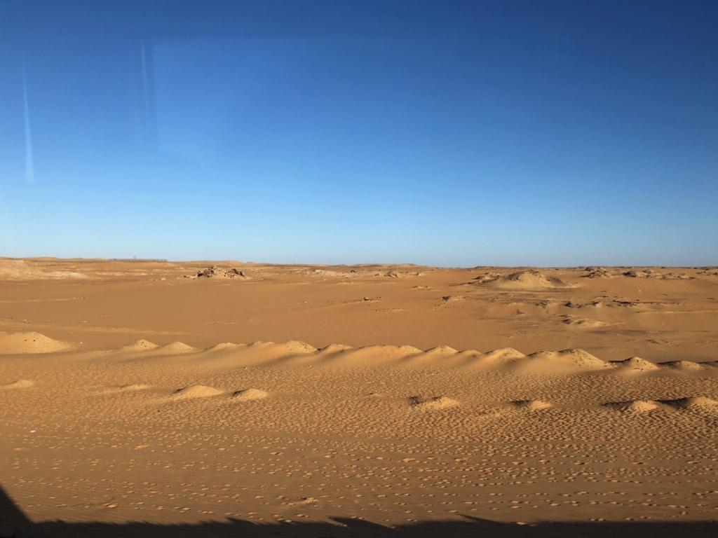 エジプト アブシンベル神殿への道 75号線 車窓は ほとんど砂漠