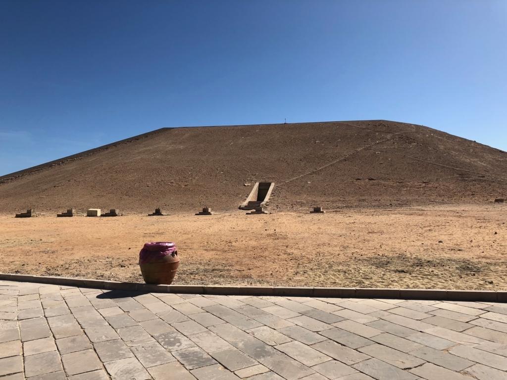 エジプト 南部 アブシンベル神殿 入り口 丘の裏側