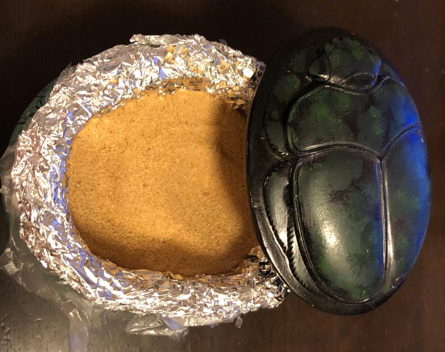 エジプト アスワン 粉のような砂漠の砂 スカラベの入れ物に