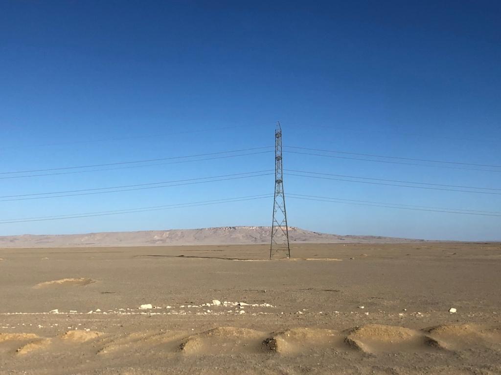 エジプト アブシンベル神殿への道 75号線 車窓は砂漠 ずっと電線有り