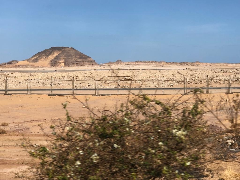 エジプト 南部 アブシンベル神殿からアスワン空港への道 砂漠