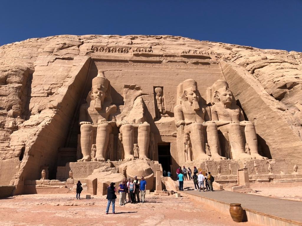 エジプト 南部 アブシンベル神殿 大神殿 4体のラムセス像
