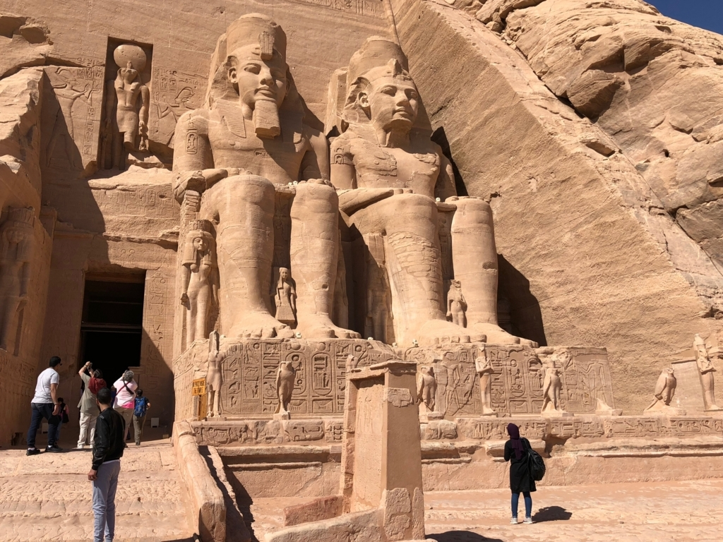 エジプト 南部 アブシンベル神殿 大神殿 4体のラムセス像は年齢順に
