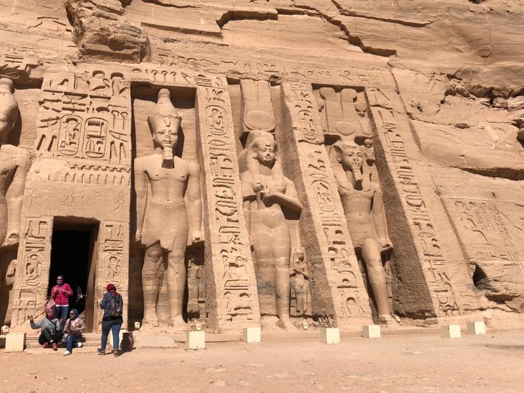 エジプト 南部 アブシンベル神殿 小神殿 入り口で 皆、記念撮影